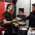 Dia da Música: Nosso repórter Gleidson Martins visita a Escola de Rock para uma aula de bateria