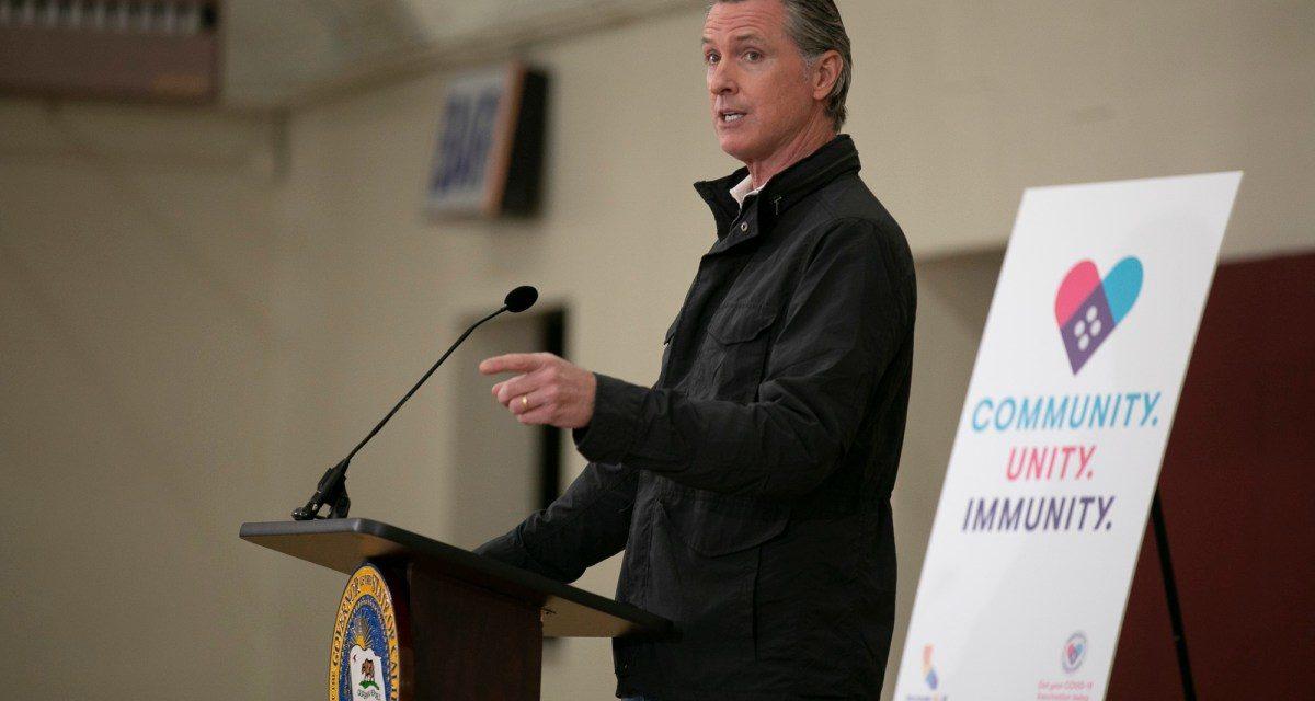 California ordena vacunas o pruebas para trabajadores de la salud, empleados estatales