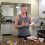 JJ prepara una deliciosa ensalada de pollo